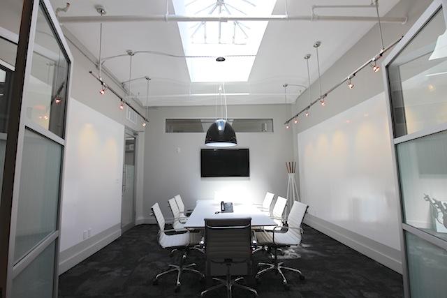 天窓から明るい光が注ぎ込む会議室