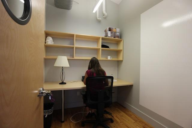 Techspaceの個室ワークスペース。1人部屋でもスペースに余裕がある