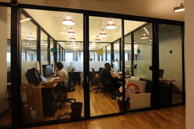 weworkの個室ワークスペース(ヌーラボも今年まで4人部屋を利用していました!)