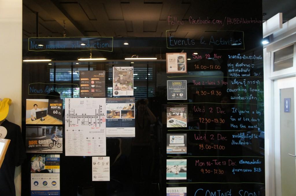 HUBBAの受付の目の前にある掲示板。新規クルーや加入者の紹介、オフィス用品のレンタルや近日行われるワークショップの概要などが告知されている。
