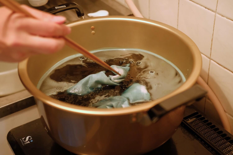染料液の入った鍋