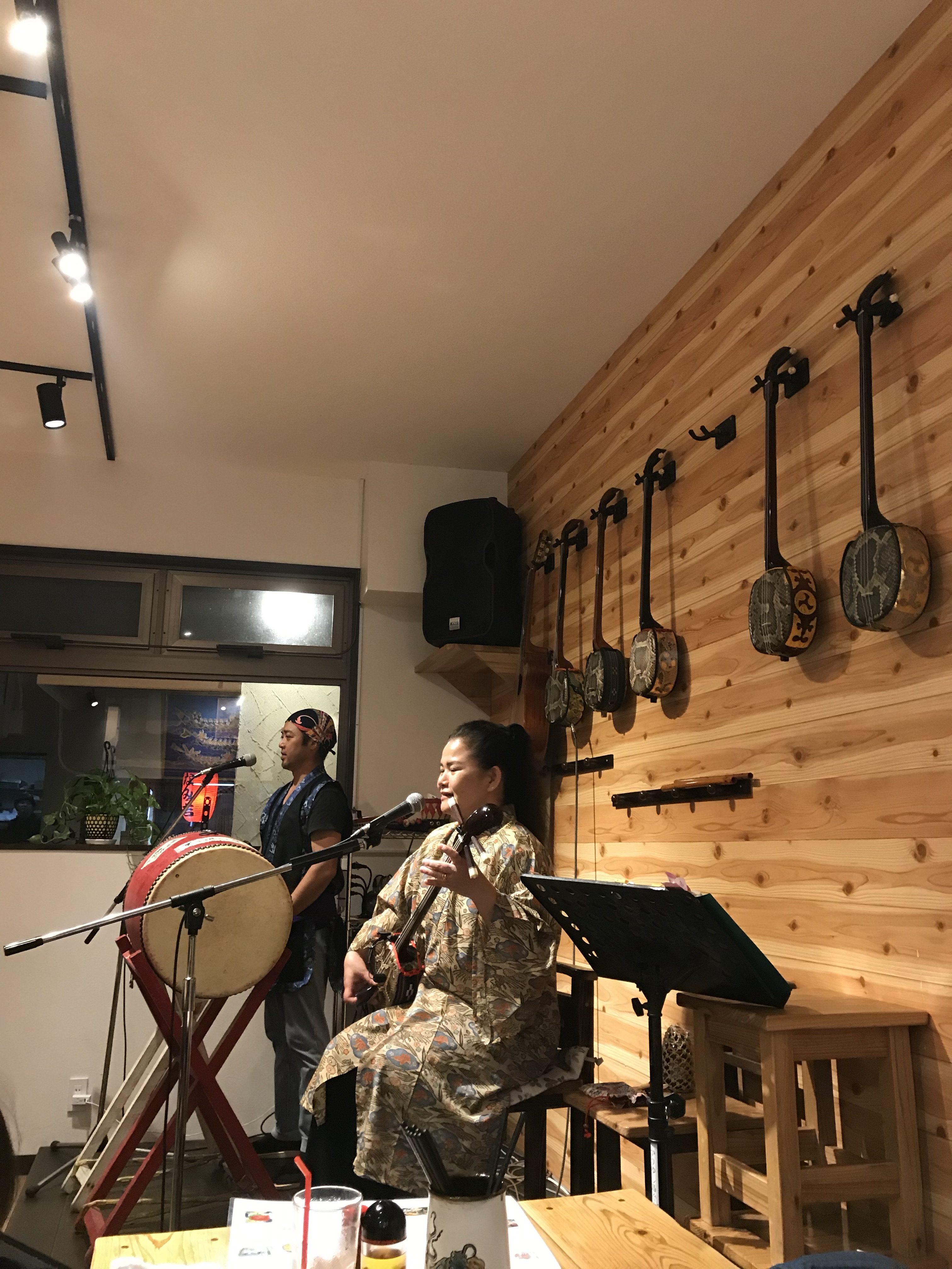 喜山で沖縄民謡の演奏